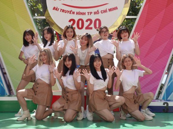 Mặc nắng nóng, O2O Girl Band truyền năng lượng tươi trẻ cổ vũ các cua-rơ